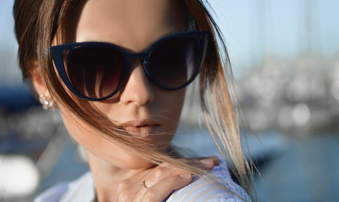 žena v brýlícj