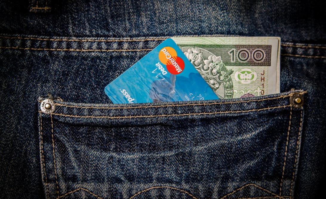 platební karta a peníze