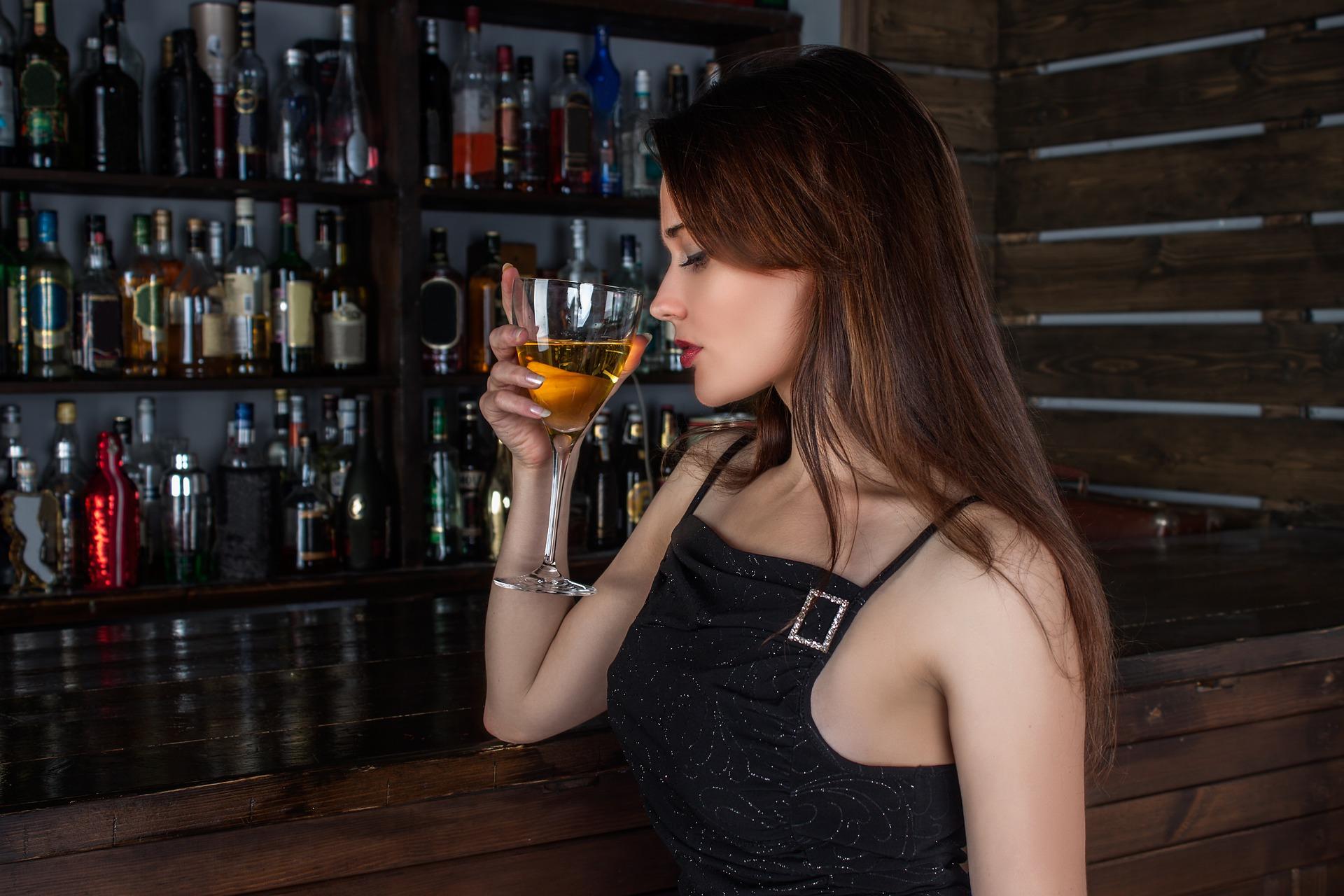 žena a víno